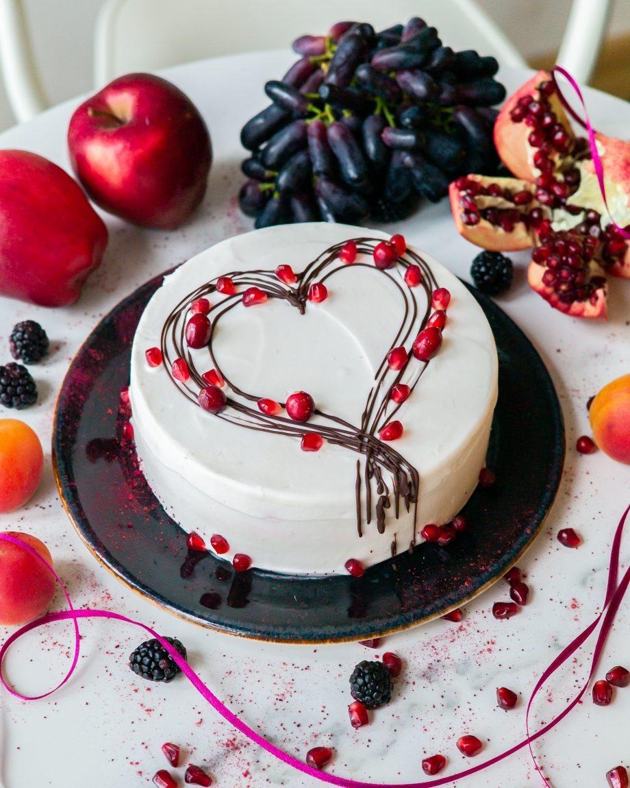 torto puošimas kremu ir uogomis