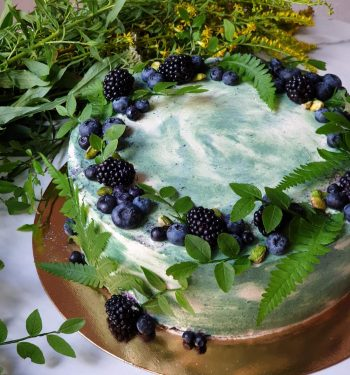 Torto papuošimai šviežiomis uogomis ir augalais