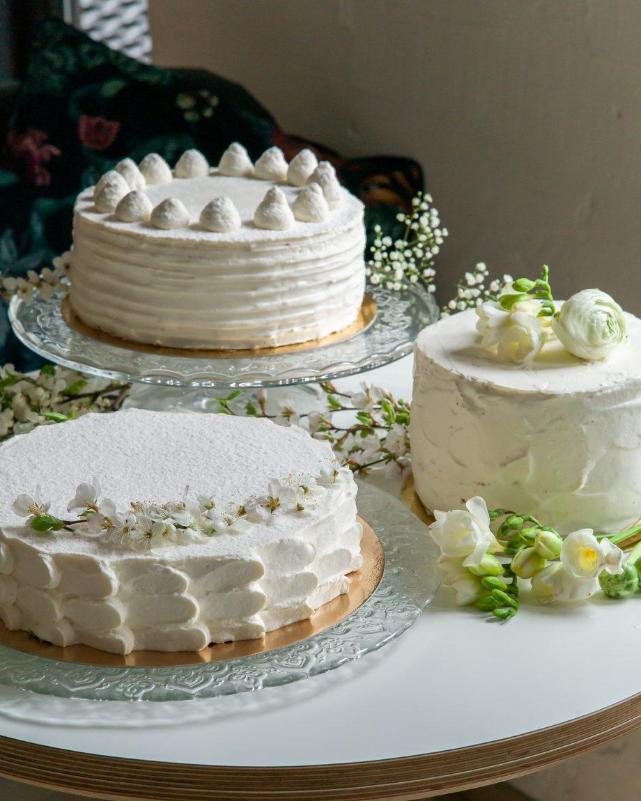 vestuvinis tortas_ puošimas gyvomis gėlėmis uogomis