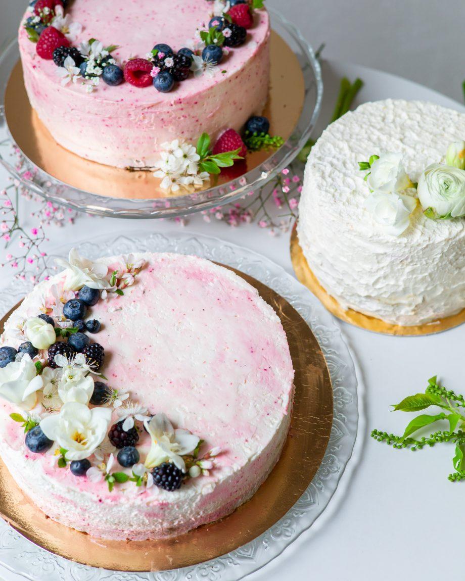 torto puošimas gyvomis gėlėmis uogomis vestuvinis