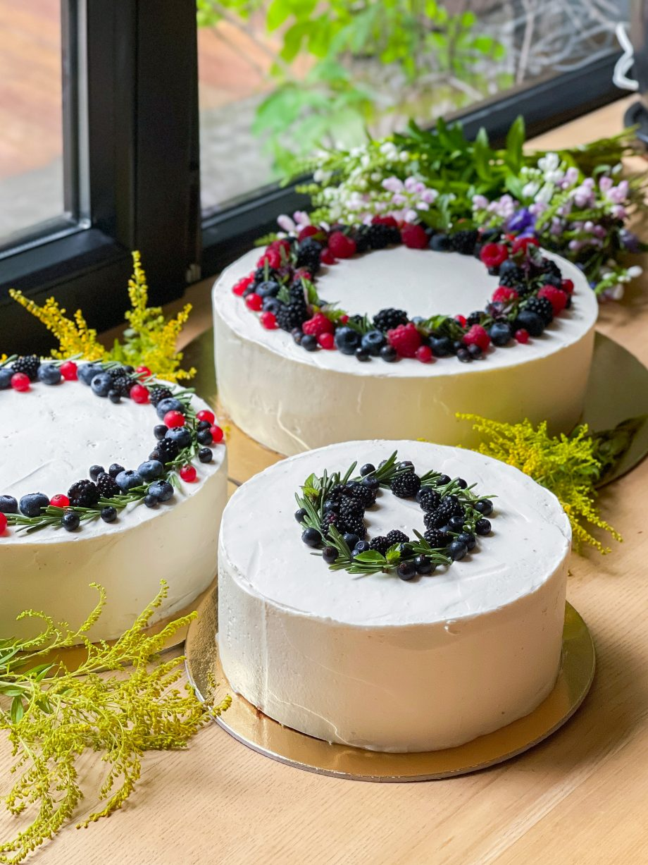 torto puošimas gyvomis gėlėmis uogomis